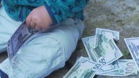 Ребенк ребёнка, ребенок малыша среди много деньги акции видеоматериалы