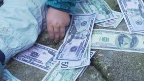 Ребенк ребёнка, ребенок малыша среди много деньги видеоматериал
