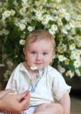 Ребенк сидит на поле в светлой комнате Стоковые Изображения
