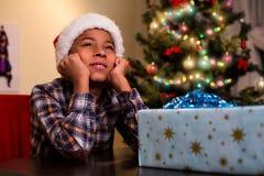 Ребенк сидя около подарка на рождество Стоковое Изображение RF