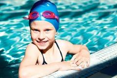 Ребенк смеясь над в бассейне Стоковые Изображения RF