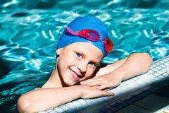 Ребенк смеясь над в бассейне Стоковое фото RF