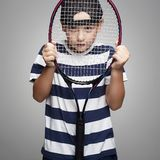 Ребенк спорта с ракеткой тенниса стоковые фото