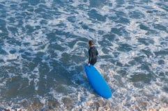 Ребенк с голубой доской серфинга стоковое фото rf