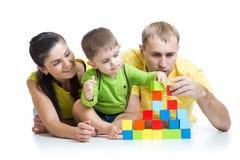 Ребенк с его строительными блоками игры родителей Стоковое Изображение