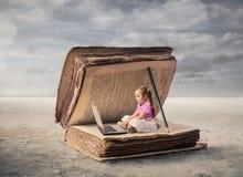 Ребенк с компьютером стоковая фотография