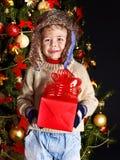 Ребенк с подарочной коробкой рождества. стоковые изображения
