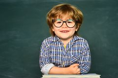 Ребенк учит в классе на предпосылке классн классного r Счастливые дети школы Воспитательный процесс Подоприте к стоковое фото
