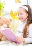 Ребенк читая книгу стоковое фото