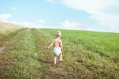 Ребенок бежать в поле стоковое изображение