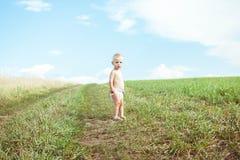 Ребенок бежать в поле стоковые фото