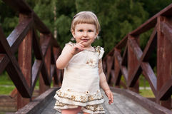 Ребенок бежать на мосте Стоковое Фото