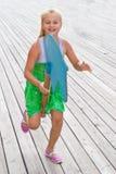 Ребенок бежать с деревянной лошадью стоковые изображения rf