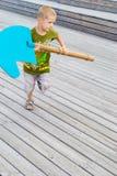 Ребенок бежать с деревянной лошадью стоковая фотография