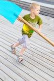 Ребенок бежать с деревянной лошадью стоковые фото