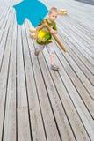 Ребенок бежать с деревянной лошадью стоковые изображения