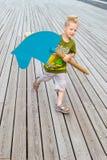 Ребенок бежать с деревянной лошадью стоковое изображение rf