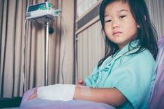 Ребенок болезни азиатский впущенный в больницу с соляным intravenous Стоковое фото RF