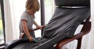 Ребенок вакуумирует стул сток-видео