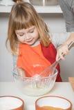 Ребенок варя взбивающ югурт Стоковая Фотография