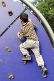 Ребенок взбираясь на спортивной площадке Стоковое Изображение