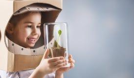 Ребенок видит росток Стоковые Фотографии RF
