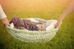 ребенок внимательности вручает усаживание мати Комфорт, ослабляет, безмятежность стоковое фото