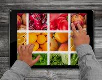 Ребенок вручает касающий экран планшета с смешанным плодоовощ pi Стоковое Фото