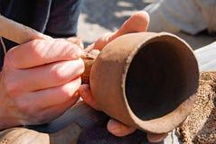 Ребенок вручает работу с частью глины Стоковая Фотография RF