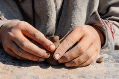 Ребенок вручает работу с частью глины Стоковое Фото