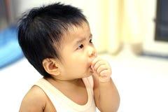 Ребенок всасывая палец себя Стоковые Фотографии RF