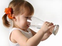 ребенок выпивает воду стоковое изображение