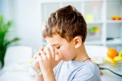 ребенок выпивает воду стоковая фотография