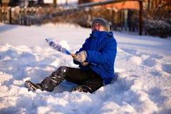 Ребенок в зиме одевает вне города на предпосылке a Стоковая Фотография RF