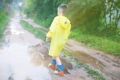 Ребенок в игре резиновых ботинок стоковая фотография rf