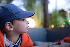 Ребенок в кафе стоковое фото rf
