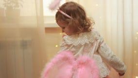 Ребенок в костюме ангела или фея смеясь и танцуя Концепция выполнения волшебства и желания акции видеоматериалы
