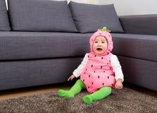 Ребенок в костюме клубники стоковые изображения rf