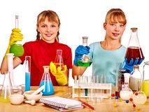 Ребенок в классе химии Стоковое Фото