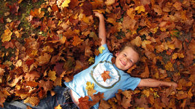 Ребенок в листьях осени   Стоковое фото RF