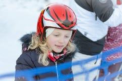 Ребенок в лыжном курорте и гнезде стоковые фотографии rf
