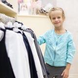 Ребенок в магазине ` s детей Стоковая Фотография RF
