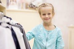 Ребенок в магазине ` s детей Стоковое фото RF