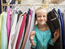 Ребенок в магазине ` s детей Стоковая Фотография