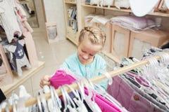 Ребенок в магазине ` s детей Стоковые Фото