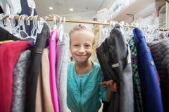 Ребенок в магазине ` s детей Стоковое Изображение