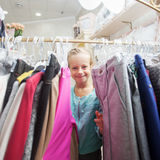 Ребенок в магазине ` s детей Стоковое Фото