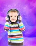 Ребенок в наушниках, предпосылка цвета Стоковые Изображения