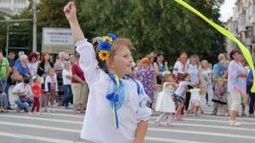 Ребенок в национальном костюме с лентой maschette внутри под открытым небом, девушка в венке цветка на праздненстве, ребенк с ярк акции видеоматериалы