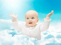 Ребенок в облаках стоковые фотографии rf